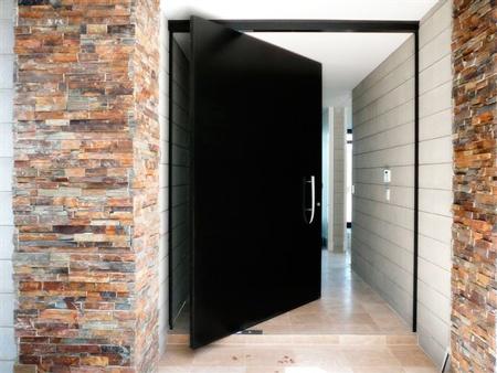 Tipos de puertas para interiores y exteriores for Disenos de puertas de madera para exterior