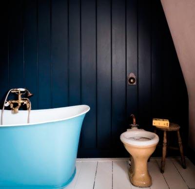 Baño con revestimiento de madera