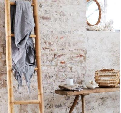 decoración de baños con bancos y escaleras de madera