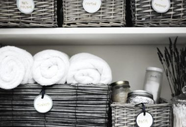 cajas y cestas para organizar el baño