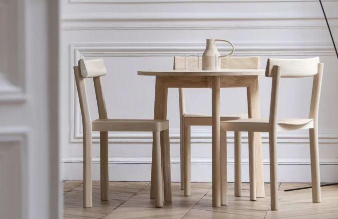 sillas y mesa de madera rubia